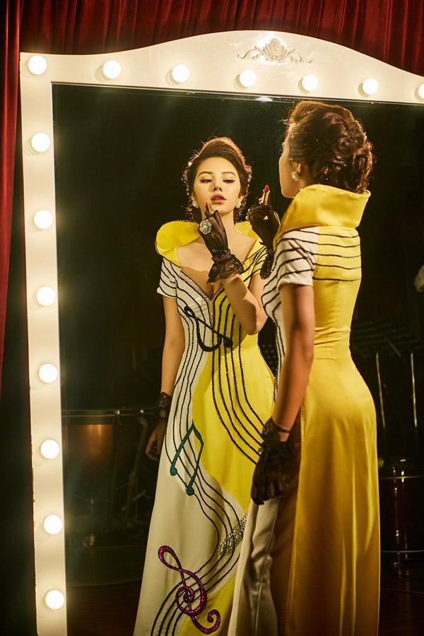 Bộ ảnh được thực hiện với sự hỗ trợ của make-up Tú Tạ, hair: Thủy Elie, stylist: Huyền Gin.