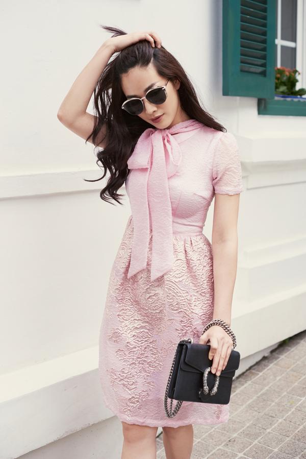 Trong không khí mùa thu dịu mát, các thiết kế váy thắt nơ mang đến hình ảnh lãng mạn cho người mặc.
