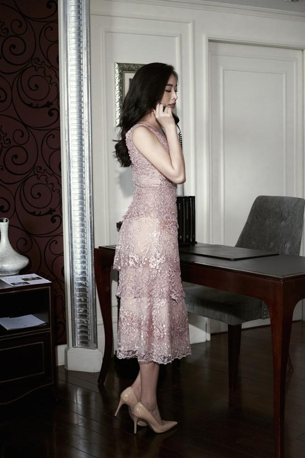 Nhà mốt Việt dùng khá nhiều chất liệu như ren, tweed, lụa, voan để mang tới sự đa dạng cho các mẫu váy đi tiệc mùa thu đông.