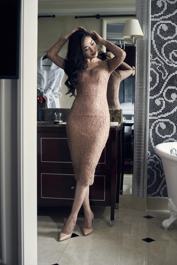 Nếu tự tin về hình thể của mình thì các nàng công sở có thể chọn váy ôm sát thiết kế trên vải ren sexy.