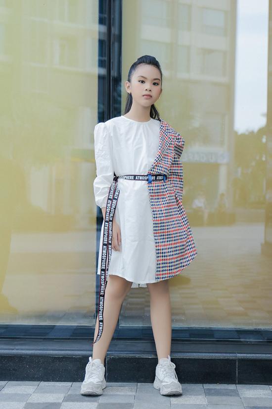 Các xu hướng blazer dress, áo blazer, họa tiết kẻ sọc ca rô cũng được cập nhật cho dòng thời trang thiếu nhi.