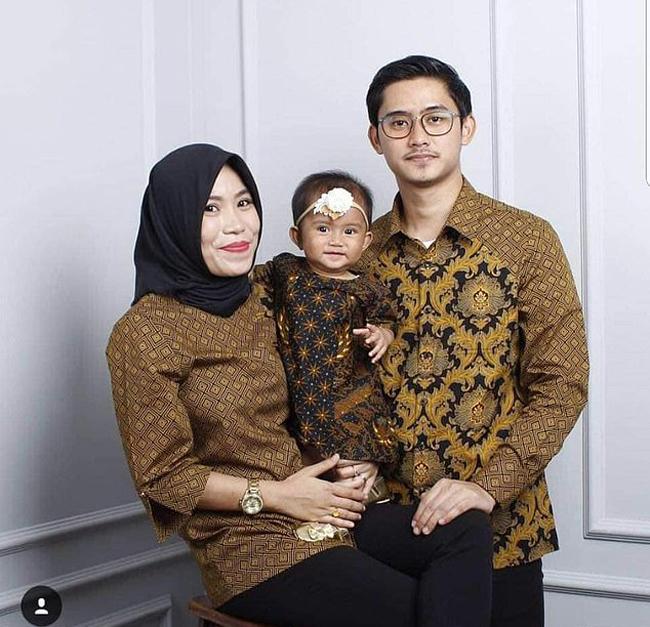 Bé gái Kyara (15 tháng tuổi) và bố mẹ Rizal, Wita (26 tuổi) - nạn nhân của vụ tai nạn máy bay Indonesia sáng 29/10. Ảnh: Facebook.