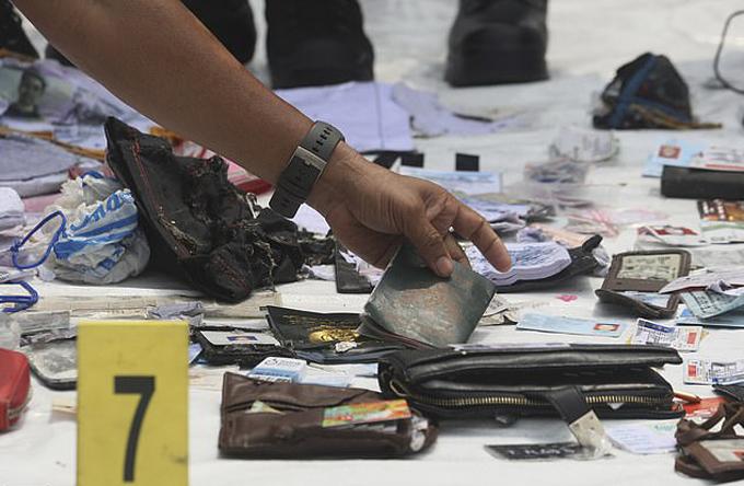 Ví và giấy tờ của các nạn nhân được trục vớt dưới biển lên bờ sau vụ tai nạn máy bay rơi gần Jakarta sáng 29/10. Ảnh: AP.