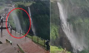 Thác nước ở Ấn Độ bị gió thổi ngược lên trời