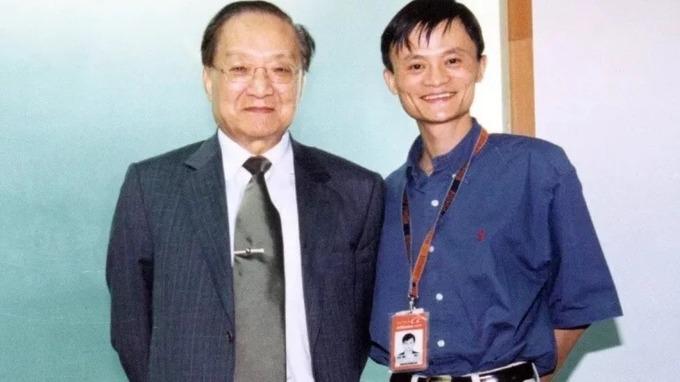 Bức ảnh lưu niệm chụp với Kim Dung mới được Jack Ma (Thiên Hành - hiệu do Kim Dung đặt)công bố trên Weibo.