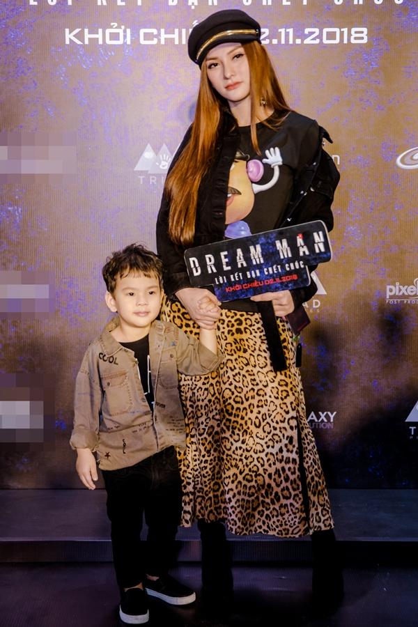 Ca sĩ Thu Thủy dẫn theo con trai đến tham dự buổi công chiếu bộ phim Dream Man -Lời kết bạn chết chóc tại TP HCM vào tối 31/10.