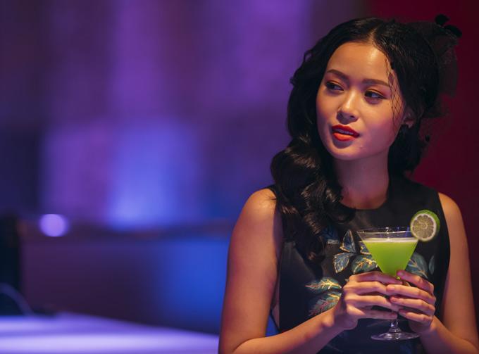 Diễn viên Minh Duy đóng vai một nữ ca sĩ nổi tiếng, khiến Trung Dũng mê mẩn trong MV Đường tình chia hai sắp phát hành của Vy Oanh.