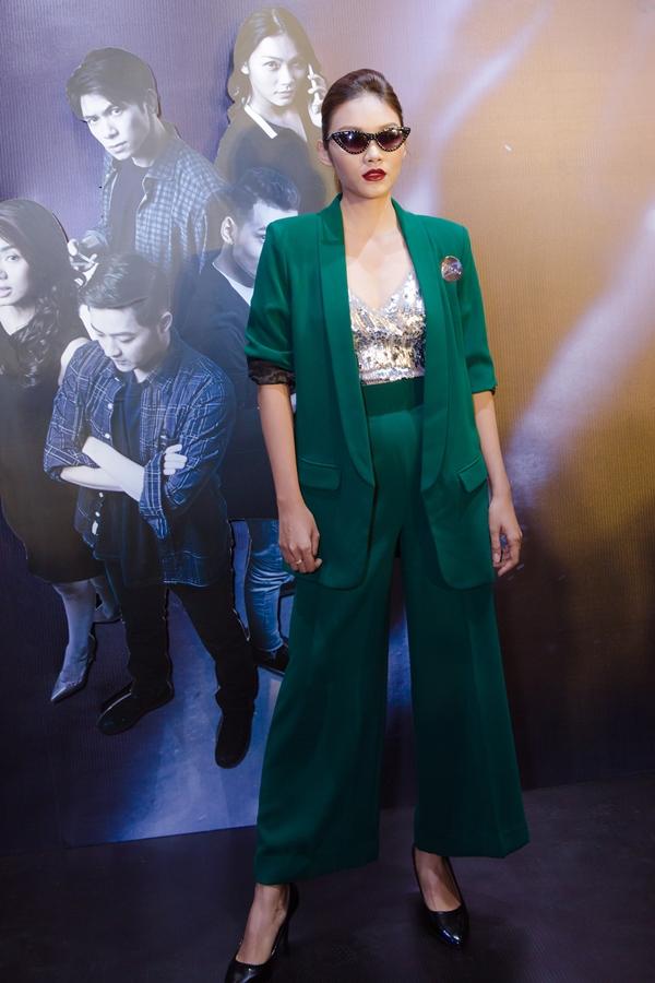 Diễn viên Thanh Tú ngày càng đắt show phim điện ảnh. Cô diện trang phục cá tính xuất hiện trển thảm đỏ tối qua.