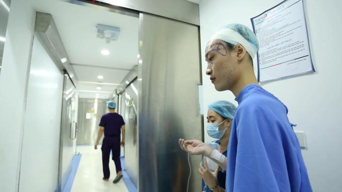 Ngọc Sang chuẩn bị bước vào cuộc phẫu thuật.