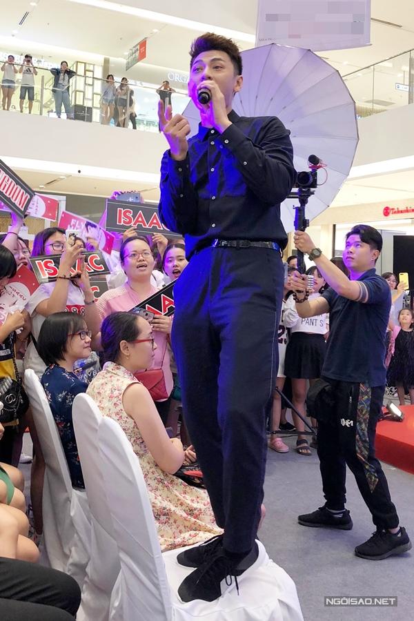Trong giây phú biểu diễn sung sức, Isaac xuống sân khấu giao lưu và nhảy cả lên ghế để có thể nhìn thấy rõ tất cả khán giả.