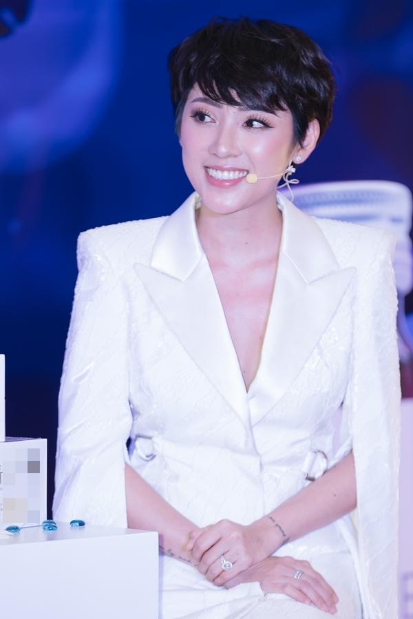 MC Yumi Dương mang đến nhiều thông tin chăm sóc sắc đẹp hữu ích cho khán giả tham dự sự kiện.