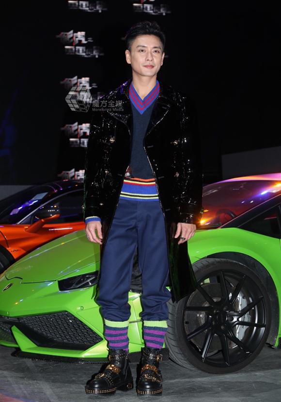 Tại sự kiện hôm qua, Huỳnh Tông Trạch đã tiết chế phong cách ăn mặc quái dị quen thuộc. Anh ngày càng được yêu thích tại thị trường Hong Kong và Trung Quốc.