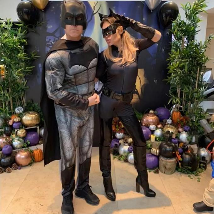 Vợ chồng nam ca sĩ Robbie Williams hóa người Dơi.