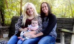 Cặp đồng tính nữ thay nhau mang thai một em bé