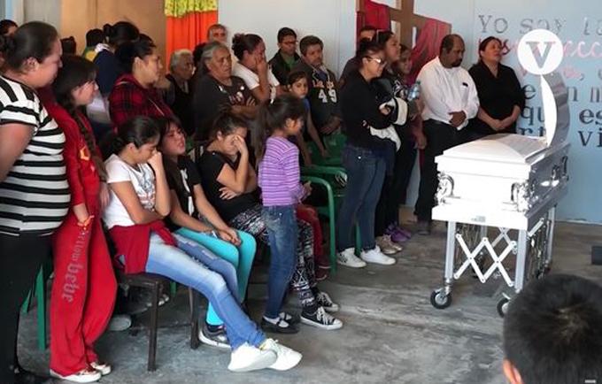 Người thân đau buồn trang tang lễ của bé Landon. Ảnh: Vanguardia Mx.