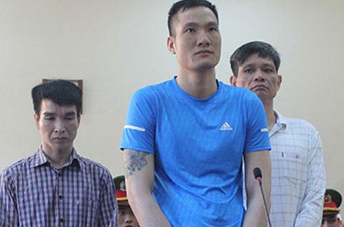 Các bị cáo Hoàn, Duy, Đạt (từ trái qua) tại phiên tòa sơ thẩm.