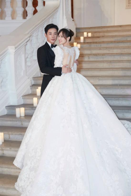 Đường Yên mặc váy dài quét đất trong đám cưới ở Vienna