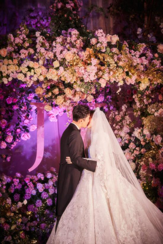 Đường Yên mặc váy dài quét đất trong đám cưới ở Vienna  - 3