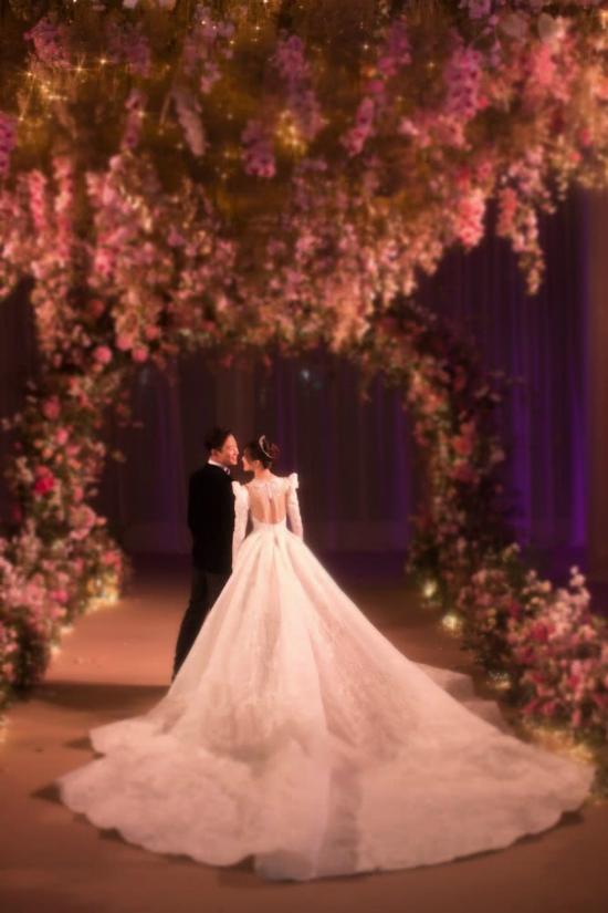Đường Yên mặc váy dài quét đất trong đám cưới ở Vienna - 4