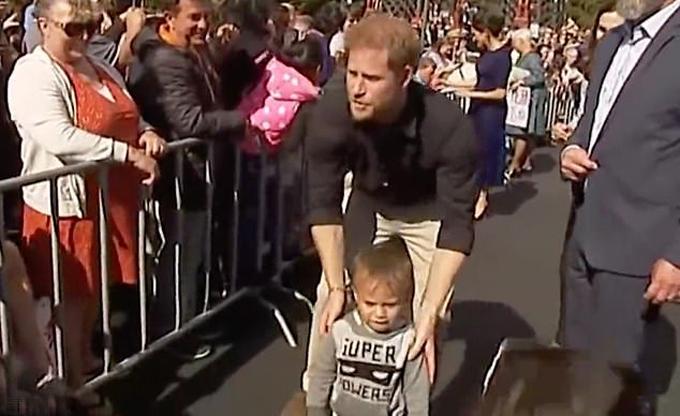 Hoàng tử Harry tìm bố mẹ cho cậu bé đi lạc vào ngày công du cuối