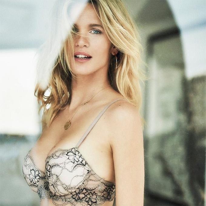 Liz Solari sinh năm 1983, từng làm người mẫu trước khi chuyển sang đóng phim.