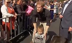 Hoàng tử Harry tìm bố mẹ cho cậu bé lạc giữa đám đông