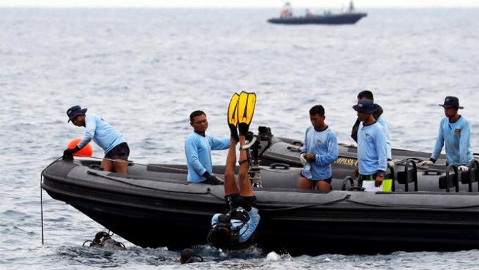 Các thợ lặn thực hiện hoạt động tìm kiếm ở vùng biển được cho là nơi máy bay của Indonesia rơi xuống sáng 29/10. Ảnh: CNN.