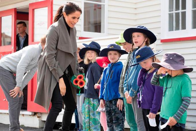 Vợ chồng Meghan hỏi thăm trẻ em bên ngoài quán cà phê ở Wellington, New Zealand hôm 29/10. Ảnh: PA.