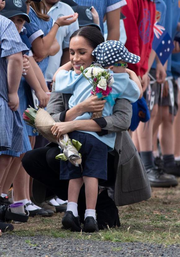 Meghan ôm cậu bé Luke Vincent (5 tuổi) ở Dubbo sáng 17/10. Ảnh: Matrix Pictures.