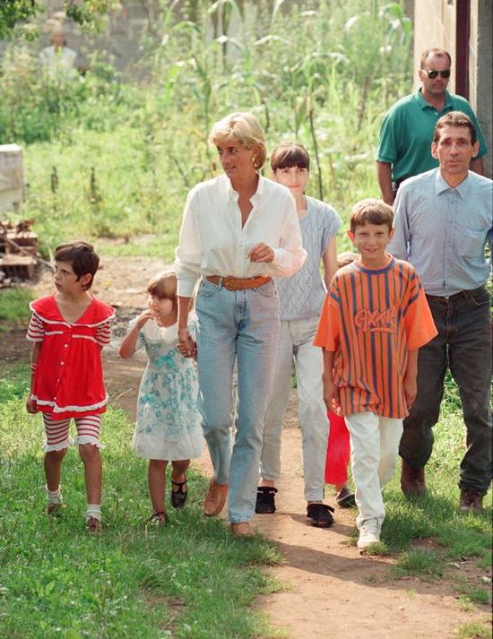 Diana trong chuyến thăm ba ngày tới Bosnia để nâng cao nhận thức về những ảnh hưởng và mức độ tàn phá của bom mìn. Ảnh: Mirrorpix.