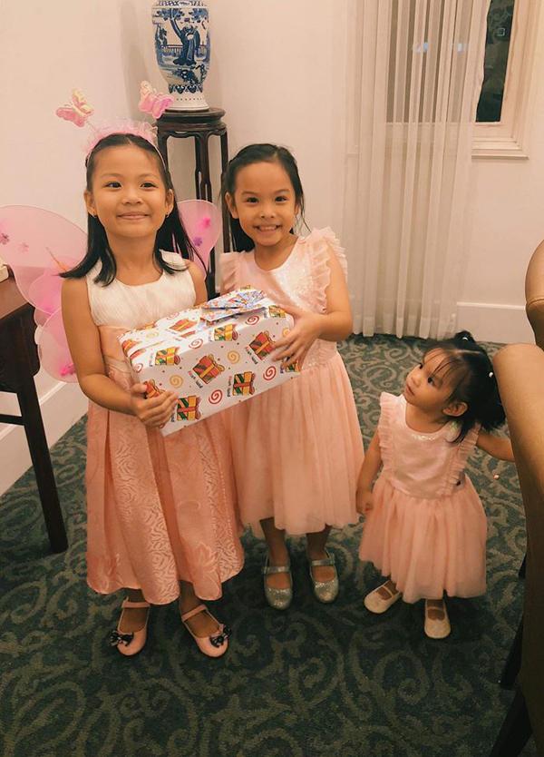 Hai cô bé mặc váy hồng nhạt ton sur ton.