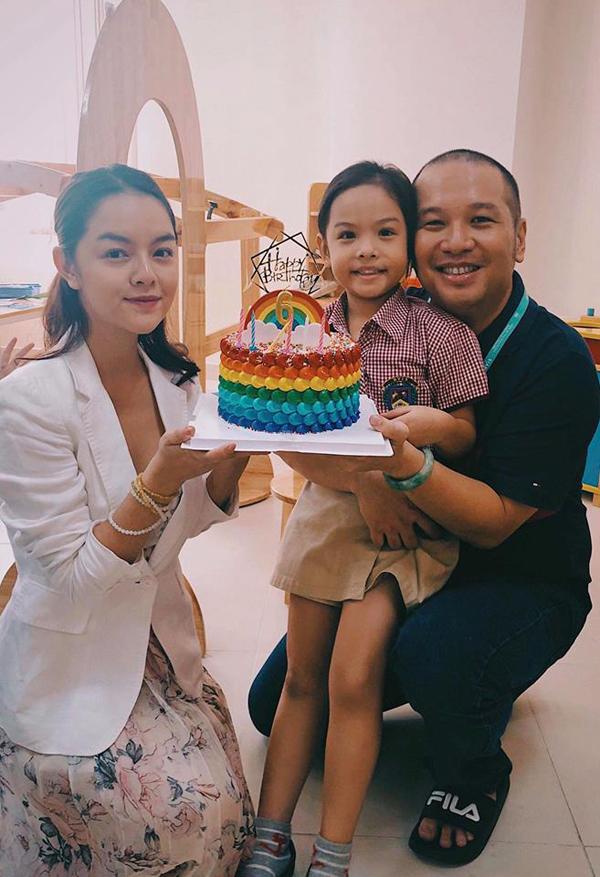 Trên trang cá nhân Phạm Quỳnh Anh chia sẻ một số khoảnh khắc của cô và chồng cũ - đạo diễn Quang Huy, cùng nhau tổ chức sinh nhật cho con gái Tuệ Lâm tại lớp học của cô bé. Cách đây không lâu, cặp đôi công khai chuyện ly hôn sau 16 năm gắn bó.