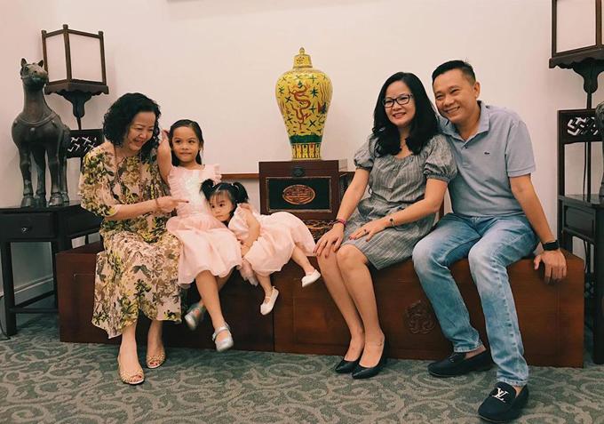 Hai con gái Tuệ Lâm và Tuệ An trong vòng tay yêu thương của người thân tại buổi tiệc.