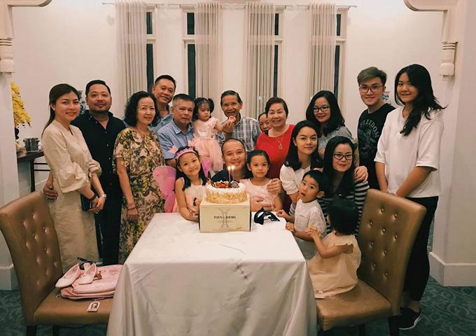 Không chỉ cùng nhau đến trường của bé Tuệ Lâm, Phạm Quỳnh Anh và chồng cũ còn tổ chức tiệc sinh nhật ấm cúng cho con gái bên người thân, gia đình. Mới đây, giọng ca Người dưng ngược lối xác nhận rằng, cuộc hôn nhân của cô đổ vỡ là do có người thứ ba. Tuy nhiên cô không nói rõ đó là ai.