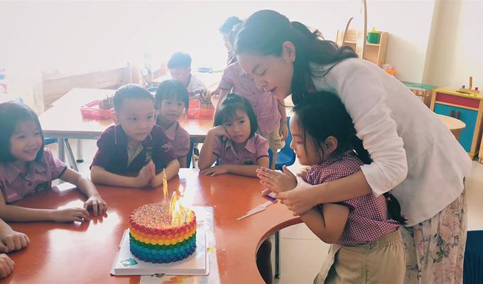 Tuệ Lâm là trái ngọt đầu tiên trong cuộc hôn nhân của Phạm Quỳnh Anh và đạo diễn Quang Huy. Cô bé năm nay đã tròn 6 tuổi, có gương mặt thừa hưởng nhiều nét giống mẹ.