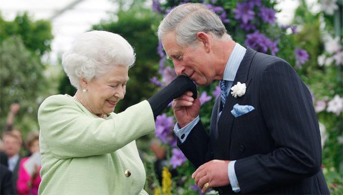 Nữ hoàng Anh vàThái tử Charles tham dự một sự kiện hồi năm 2009. Ảnh: Express.