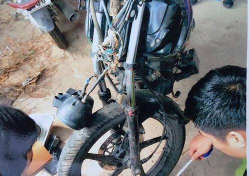 Xe môtô của hai cảnh sát bị hư hỏng nặng. Ảnh: Thu Ân.