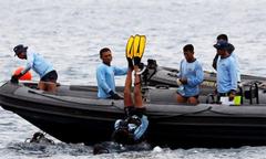 Tìm thấy hộp đen máy bay Indonesia chở 189 người lao xuống biển