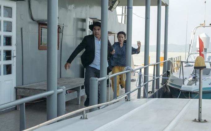 Êkíp thực hiện MV hé lộ cảnh Trung Dũng giải cứu ngôi sao ca nhạc khỏi sự truy đuổi của một nhóm giang hồ. Vy Oanh tiết lộ, cô mời nam diễn viên đóng vai này vì anh có ngoại hình, gương mặt phù hợp với nhân vật và có khả năng thực hiện các pharượt đuổi, đánh đấm trên tàu cao tốc.