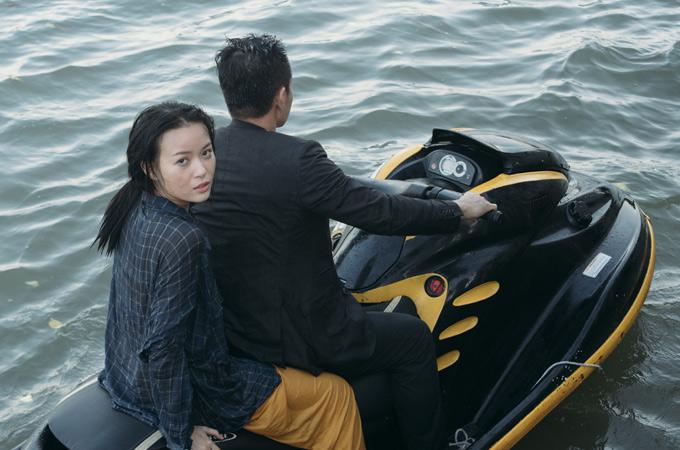 Anh lái môtô nước thực hiện cảnh quay rượt đuổi kịch tính trên biển.