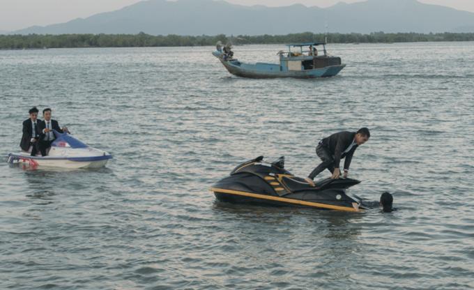 Vy Oanh chia sẻ, hai diễn viên chính đã nỗ lực hết mình để thực hiện các phân đoạn vất vả như bịngã xuống nước, chạy bở hơi tai để thoát thân.