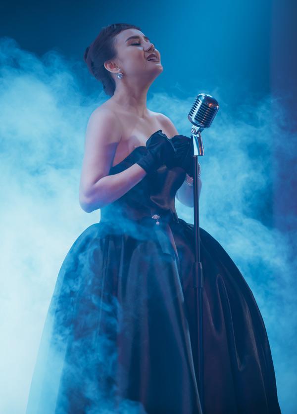 Vy Oanh dễ dàng thể hiện vai một nữ ca sĩ hát phòng trà. Từ năm 2012 đến nay Vy Oanh mới ra sản phẩm mới. Cô mong MV Đường tình chia hai sẽ được khán giả đón nhận và phản hồi tích cực.
