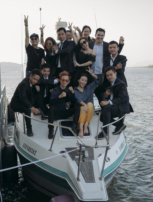 Vy Oanh chụp ảnh cùng các diễn viên và êkíp quay MV. Sản phẩm do đạo diễn Vũ Khắc Tuận chỉ đạo thực hiện,dự kiến ra mắt vào ngày 1/11.