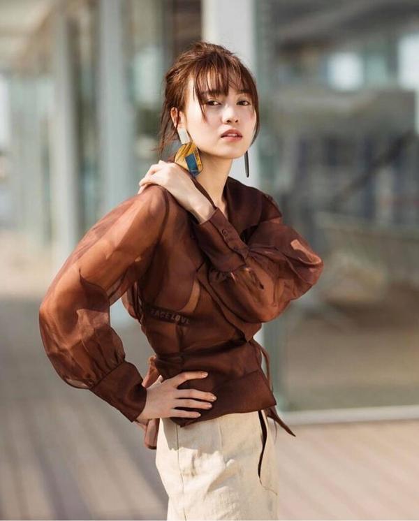 Áo blouse trên chất liệu lụa mỏng được Ninh Dương Lan Ngọc chọn làm điểm nhấn cho set đồ dạo phố.