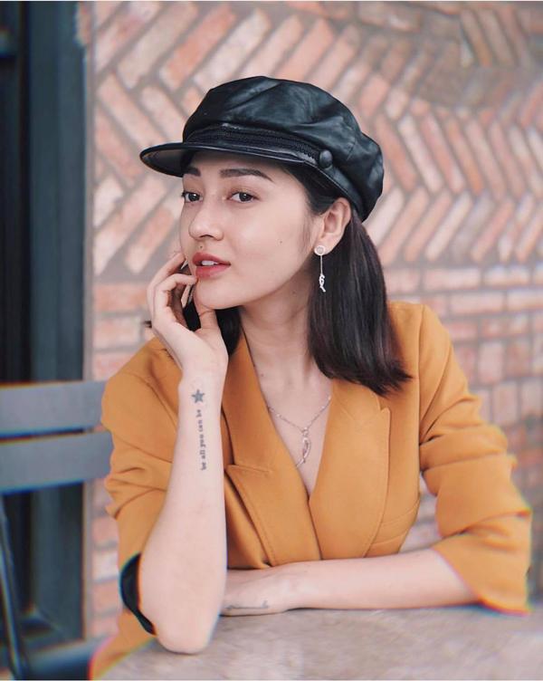 Ca sĩ Bảo Anh xây dựng hình ảnh quý cô mùa thu với áo vest nâu vàng kiểu dáng thanh lịch.