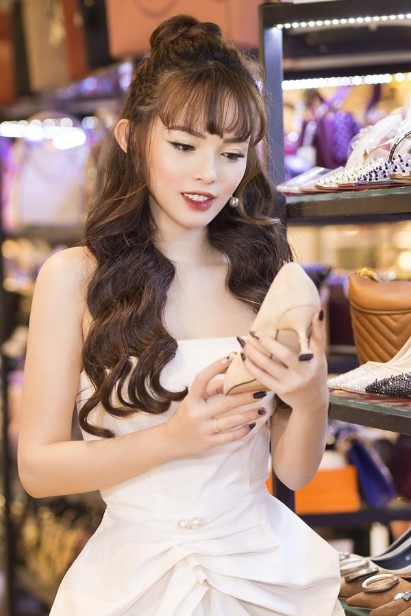 Các mặt hàng thời trang đều do cô tự tay chọn lựa với mẫu mã đa dạng, giá cả phù hợp cho các chị em văn phòng, nội trợ.