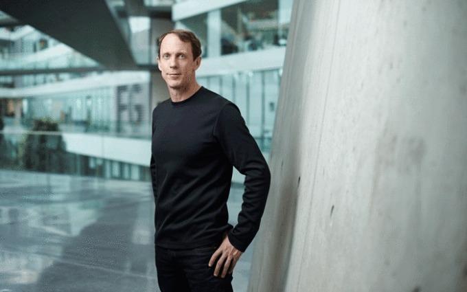 Eric Liedtke - một trong những người đứng sau sáng kiến giày Parley và cam kết chỉ dùng nhựa tái chếcủa Adidas. Ảnh:Adidas.