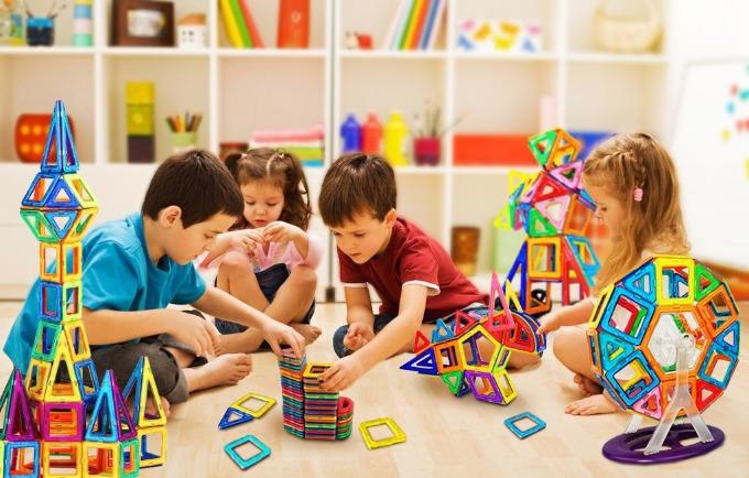 375/5000 Bộ đồ chơi nam châm này bao gồm nhiều hình dạng, có thể được kết hợp thành nhiều mẫu, chẳng hạn như bánh xe ferri, động vật, nhà ở, xe cộ, máy bay, vv, phát triển trí tưởng tượng, sáng tạo và tâm trí của trẻ em. Tổng số 98 miếng, bao gồm một bộ bánh xe Ferris lớn (8 linh kiện), 18 * Hình tam giác, 24 * Vuông, 2 * Hình lục giác, 2 * Bánh xe 2 * Hình bán nguyệt 26 * Thẻ chữ và số (không từ tính), 16 * Thẻ kỹ thuật số (không từ tính)