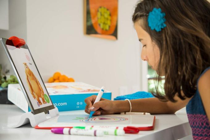 Bộ sáng tạo Osmo cho iPad(giá từ 1,7 triệu đồng): thay vì hạn chế con nhỏ tiếp xúc với iPad, bạn có thể sắm thêm bộ phụ kiện kích thích sáng tạo của thương hiệu Osmo. Kết hợp cùng ứng dụng Osmo Monster, các bé có thể vẽ những hình ảnh yêu thích lên tấm bảng trắng để tương tác với chú quái vật đáng yêu, chẳng hạn như tạo cho chú ta một cây gậy phép, thêm một người bạn để chú ta nhảy cùng, đội thêm chiếc nón...