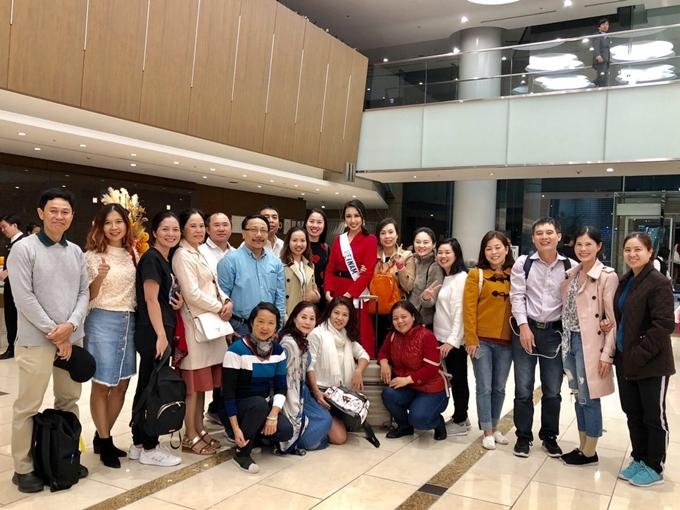Thùy Tiên (váy đỏ, đeo dải băng) hạnh phúc trước tình cảm của khán giả Việt tại Nhật.